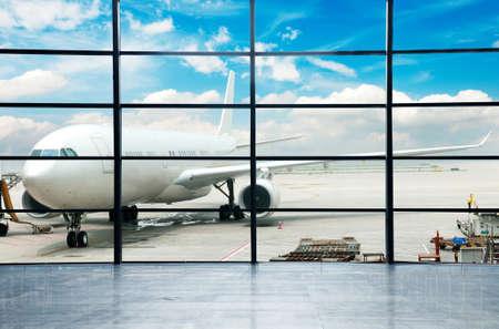 carga: El avi�n en el aeropuerto de embarque Foto de archivo