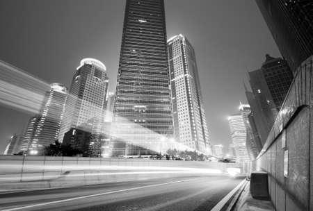 rijdende auto met vervagen licht door stad bij nacht