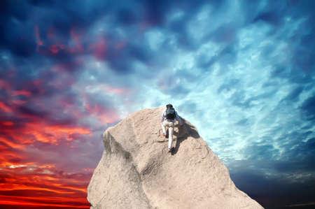 Junger Mann Klettern auf einem Kalkstein-Wand mit blauen Himmel im Hintergrund