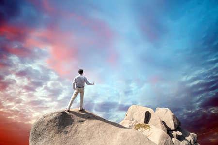 young man standing: Giovane uomo in piedi sulla scogliera Archivio Fotografico
