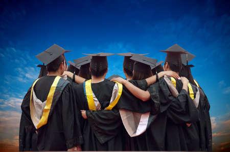 toga y birrete: parte posterior de los graduados chinos con el cielo azul Foto de archivo