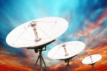 antena parabolica: antenas parab?licas de sat?lite bajo el cielo Foto de archivo