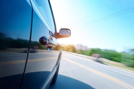 auto op de weg met motion blur achtergrond