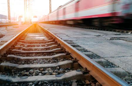 estacion de tren: tren en movimiento r?pido Foto de archivo
