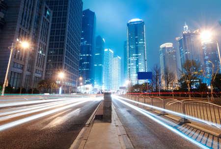 het licht paden op de achtergrond van moderne gebouw in shanghai china