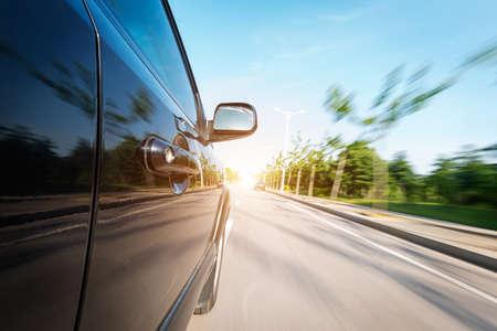 ruedas de coche: coche en la carretera con el fondo de desenfoque de movimiento Foto de archivo