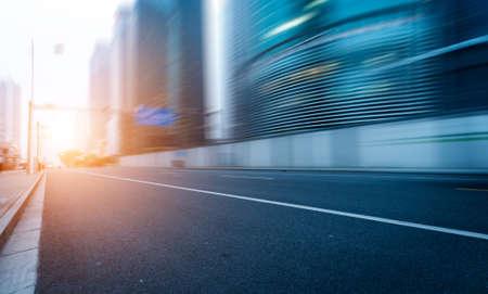route dans la ville avec le coucher du soleil