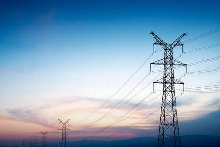 Pyloon en zendvermogen lijn in zonsondergang