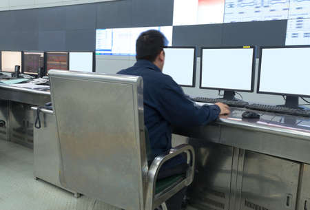 Moderne fabriek controlekamer en computermonitoren Stockfoto