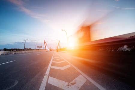 Sneller vrachtwagen gaan door de brug Stockfoto