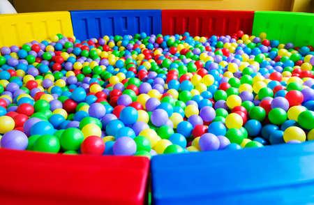 kleurrijke plastic ballen op kinderen