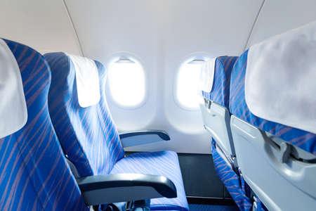 Lege vliegtuigstoelen en ramen Stockfoto