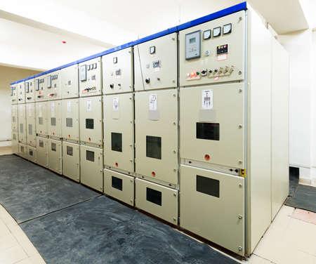 redes electricas: Subestaci�n de distribuci�n de energ�a el�ctrica en una planta de energ�a Foto de archivo