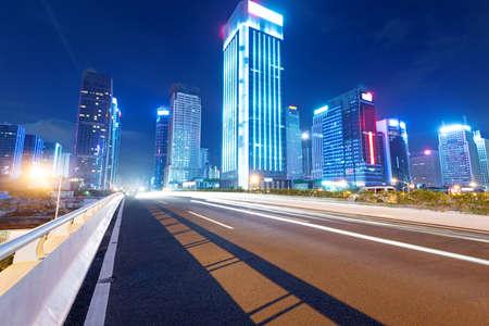 des tra�n�es lumineuses sur la rue au cr�puscule dans le Guangdong, en Chine