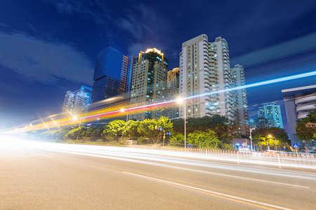 des tra�n�es lumineuses sur la rue � la nuit tomb�e dans le Guangdong, en Chine
