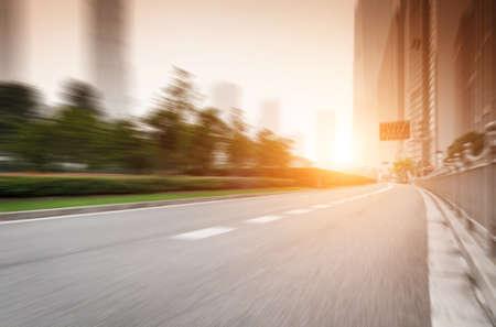 De zonsondergang van de drukke wegen van grote steden