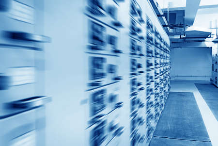 redes electricas: Subestaci�n el�ctrica de distribuci�n de energ�a en una planta de energ�a. Foto de archivo