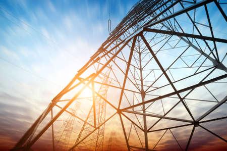 高電圧高電圧塔上空の背景を投稿します。