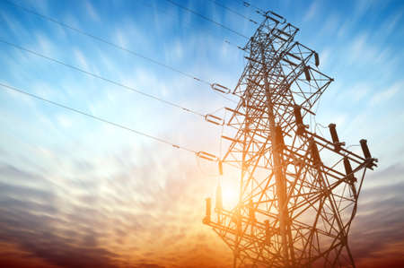 高電圧のポスト。高圧鉄塔の空の背景。