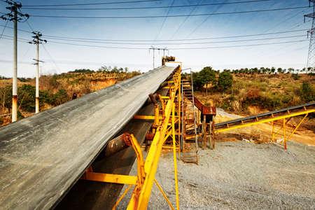 cinta transportadora: La minería a cielo abierto y la planta de procesamiento de piedra triturada, arena y grava que se utilizará en las carreteras y la industria de la construcción Foto de archivo