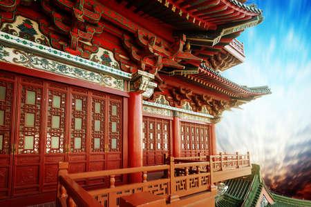 Mooie Aziatische tempel op de blauwe hemel achtergrond