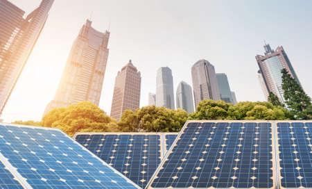 Dijk van Shanghai skyline oriëntatiepunt, Ecologische energie zonnepaneel installaties voor hernieuwbare