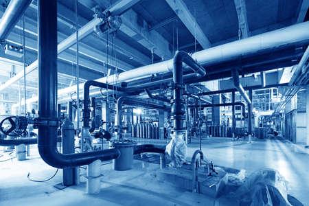 산업 발전소 내부에있는 장비, 케이블 및 배관 스톡 콘텐츠