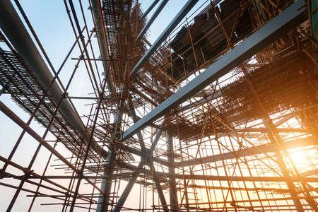 herramientas de construccion: Siluetas de andamios en puesta del sol