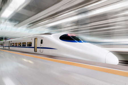 tren: moderno tren de alta velocidad con el desenfoque de movimiento