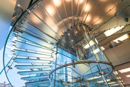 escalera: Vidrio Moderno Silueta Escalera de gente caminando en shanghai china