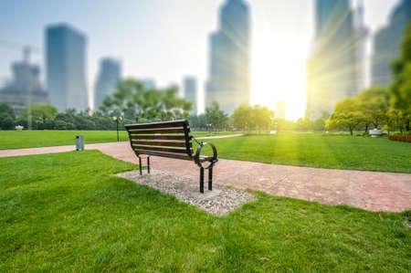 parc de la ville avec un fond de b�timent moderne � Shanghai Banque d'images