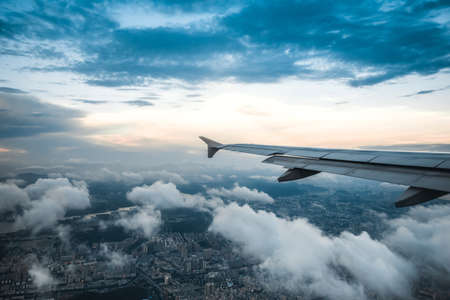 estado del tiempo: Clouds and sky as seen through window of an aircraft