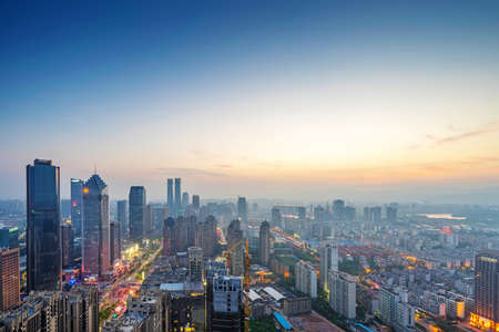 horizonte: Vista de p�jaro en Nanchang China. Rascacielos en construcci�n en primer plano. Niebla, cielo nublado y la contaminaci�n. Bund (Nanchang) Foto de archivo