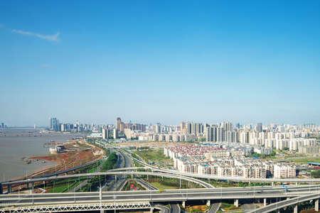 horizonte y el tráfico, paso elevado en la ciudad moderna. Foto de archivo