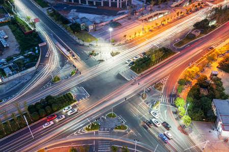 voiture en mouvement avec lumière floue à travers la ville la nuit