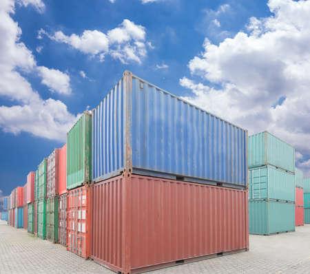 Pile de conteneurs de fret sur les quais
