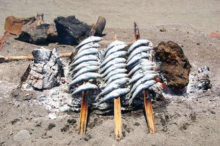 sardinas: Sardinas en un pincho de le�a en la playa
