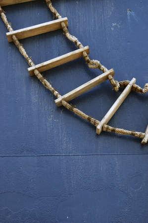 backstairs: scala in legno sul muro di una barca blu