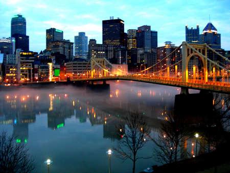 reflexion: Centro de la ciudad de Pittsburgh en todo el r�o Allegheny del Norte Shore.early fresco por la ma�ana con la reflexi�n de la 9 � calle y puente sobre el r�o ciudad  Foto de archivo