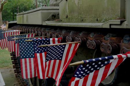 tanque de guerra: Un viejo tanque de guerra en un parque conmemorativo en el oeste de pennsyvania decorado con peque�as banderas de EE.UU. 4 de julio