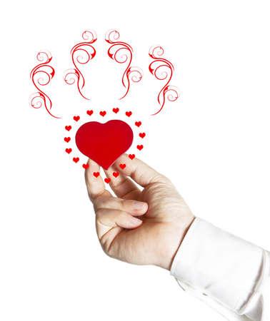 Mano che offre un piccolo cuore rosso con decorazioni rosse Archivio Fotografico