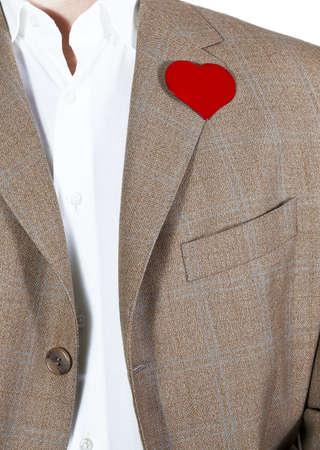 Mens in bruin jasje met een rood hart op de jas, plaats voor woorden in het hart