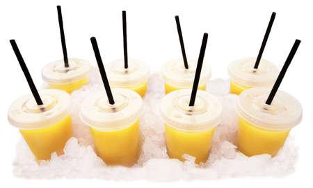 Sinaasappelsap kopjes met sorbets op ijs