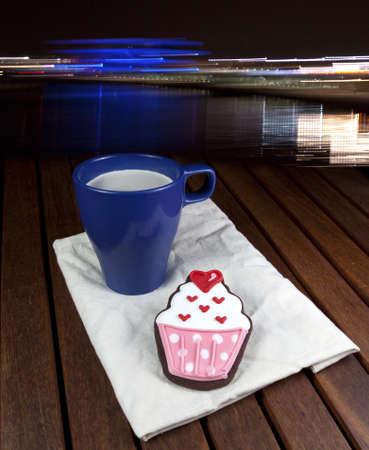 Dolce cup cake cooky tazza di caff� e citt� luci notte sfondo Archivio Fotografico