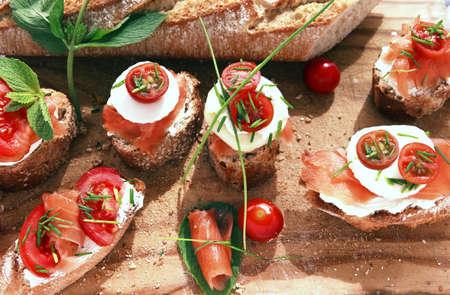 Close-up van brood met slamon, tomaten en kaas Stockfoto