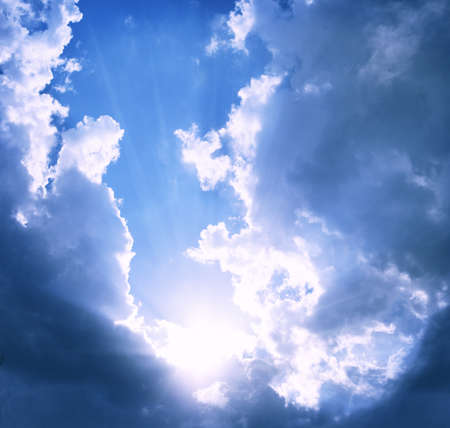 Blue Sky bewolkte achtergrond met zon fakkels