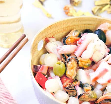 Verse salade heerlijke zeevruchten in een moderne plaat