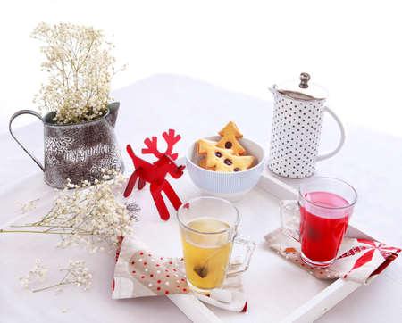 Kerstochtend ontbijt met boom cookies en bloemen