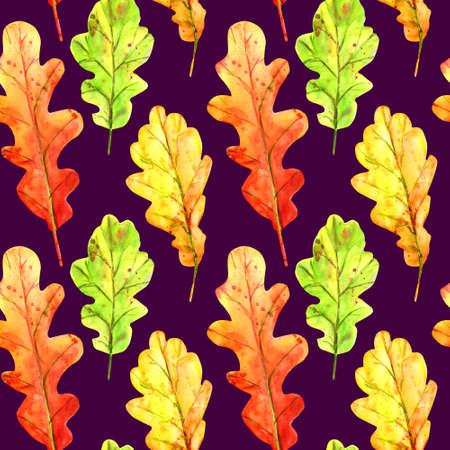 Seamless pattern with autumn oak leaves. Watercolor fallen leaves of green, orange and red with colorful drops and splashes on a purple background. Template for design. Stockfoto