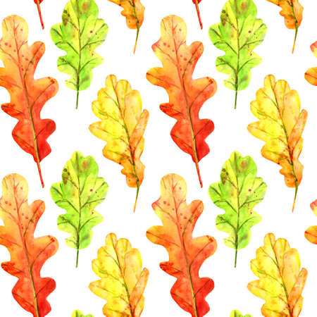 Seamless pattern with autumn oak leaves. Watercolor fallen leaves of green, orange and red with colorful drops and splashes on a white background. Template for design. Stockfoto